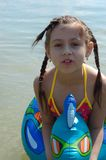Κορίτσι με το παιχνίδι επιπλεόντων σωμάτων ύδατος Στοκ Φωτογραφίες