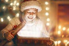 Κορίτσι με το παρόν κιβώτιο δώρων Στοκ φωτογραφία με δικαίωμα ελεύθερης χρήσης