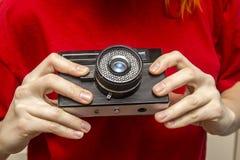 Κορίτσι με το παλαιό camer Στοκ φωτογραφίες με δικαίωμα ελεύθερης χρήσης