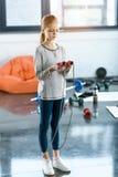 Κορίτσι με το πηδώντας σχοινί στο στούντιο ικανότητας Στοκ Εικόνες
