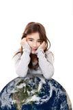 Κορίτσι με το πλανήτη Γη στοκ φωτογραφίες με δικαίωμα ελεύθερης χρήσης