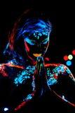 Κορίτσι με το πορτρέτο τέχνης σωμάτων χρωμάτων νέου Στοκ Εικόνα