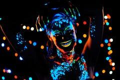 Κορίτσι με το πορτρέτο χρωμάτων νέου bodyart Στοκ Εικόνα
