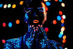 Κορίτσι με το πορτρέτο χρωμάτων νέου bodyart Στοκ εικόνα με δικαίωμα ελεύθερης χρήσης