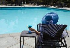 Κορίτσι με το ποτό coctail από τη λίμνη Στοκ Εικόνες