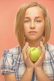 Κορίτσι με το πράσινο μήλο στοκ εικόνα
