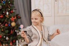 Κορίτσι με το ρόδινο lollipop στοκ φωτογραφία