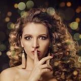 Κορίτσι με το σγουρό τρίχωμα Στοκ Εικόνα