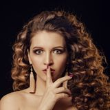 Κορίτσι με το σγουρό τρίχωμα Στοκ Εικόνες