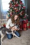 Κορίτσι με το σκυλί σε ένα δωμάτιο που διακοσμείται για τα Χριστούγεννα στοκ εικόνες με δικαίωμα ελεύθερης χρήσης