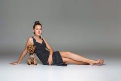 Κορίτσι με το σκυλί yorkie στοκ εικόνα με δικαίωμα ελεύθερης χρήσης