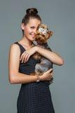 Κορίτσι με το σκυλί yorkie στοκ φωτογραφίες