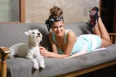 Κορίτσι με το σκυλί Στοκ εικόνα με δικαίωμα ελεύθερης χρήσης