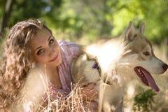 Κορίτσι με το σκυλί Στοκ εικόνες με δικαίωμα ελεύθερης χρήσης