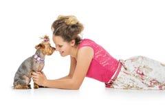 Κορίτσι με το σκυλί yorkie στοκ φωτογραφία