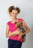 Κορίτσι με το σκυλί yorkie στοκ φωτογραφία με δικαίωμα ελεύθερης χρήσης