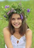 Κορίτσι με το στεφάνι Στοκ φωτογραφία με δικαίωμα ελεύθερης χρήσης