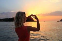 Κορίτσι με το σύμβολο καρδιών Στοκ εικόνες με δικαίωμα ελεύθερης χρήσης