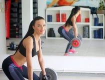 Κορίτσι με το τέλειο σώμα στην αίθουσα ικανότητας Στοκ φωτογραφία με δικαίωμα ελεύθερης χρήσης