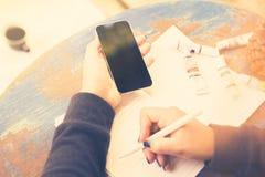 Κορίτσι με το τηλεφωνικό ημερολόγιο κυττάρων και το σχέδιο μελανιού Στοκ Εικόνα
