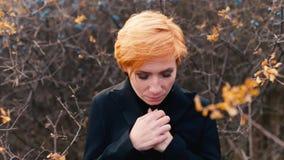 Κορίτσι με το λυπημένο πάγωμα εξωτερικό και το πρόσωπο που εξετάζει τη κάμερα, έννοια: θλίψη, θλίψη, κατάθλιψη, κρύο φιλμ μικρού μήκους