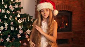 Κορίτσι με το χορό καπέλων santa φιλμ μικρού μήκους