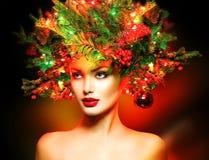 Κορίτσι με το χριστουγεννιάτικο δέντρο hairstyle στοκ εικόνες