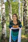Κορίτσι με το ψωμί και το άλας, μεταξύ των σημύδων Στοκ φωτογραφία με δικαίωμα ελεύθερης χρήσης