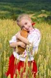 Κορίτσι με το ψωμί Στοκ φωτογραφία με δικαίωμα ελεύθερης χρήσης