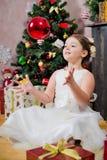 Κορίτσι με το δώρο Χριστουγέννων στοκ φωτογραφία με δικαίωμα ελεύθερης χρήσης