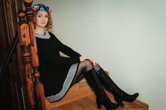 Κορίτσι με το floral στεφάνι Στοκ φωτογραφίες με δικαίωμα ελεύθερης χρήσης