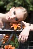 Κορίτσι με το makeup στο υγιές δέρμα με το λουλούδι στοκ εικόνα με δικαίωμα ελεύθερης χρήσης