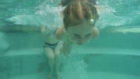 Κορίτσι με το mom που κολυμπά σε μια λίμνη απόθεμα βίντεο