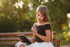 Κορίτσι με το PC πιστωτικών καρτών και ταμπλετών Στοκ φωτογραφία με δικαίωμα ελεύθερης χρήσης