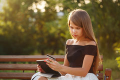 Κορίτσι με το PC πιστωτικών καρτών και ταμπλετών Στοκ Φωτογραφίες