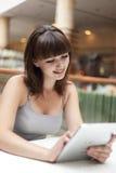 Κορίτσι με το PC ταμπλετών στοκ εικόνα με δικαίωμα ελεύθερης χρήσης