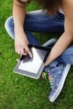 Κορίτσι με το PC ταμπλετών στοκ εικόνες με δικαίωμα ελεύθερης χρήσης