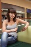 Κορίτσι με το PC ταμπλετών στοκ φωτογραφία