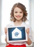 Κορίτσι με το PC ταμπλετών και το εικονίδιο φακέλων Στοκ φωτογραφίες με δικαίωμα ελεύθερης χρήσης