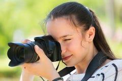 Κορίτσι με το photocamera στο πάρκο Στοκ Φωτογραφία