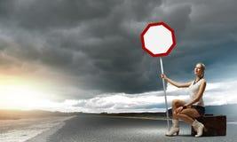 Κορίτσι με το roadsign Στοκ φωτογραφίες με δικαίωμα ελεύθερης χρήσης
