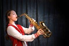 Κορίτσι με το saxophone Στοκ φωτογραφία με δικαίωμα ελεύθερης χρήσης