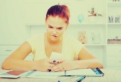 Κορίτσι με το smartphone που κάνει την εργασία Στοκ Φωτογραφία