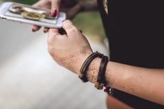 Κορίτσι με το smartphone στα χέρια Στοκ φωτογραφία με δικαίωμα ελεύθερης χρήσης