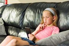 Κορίτσι με το smartphone Στοκ εικόνα με δικαίωμα ελεύθερης χρήσης