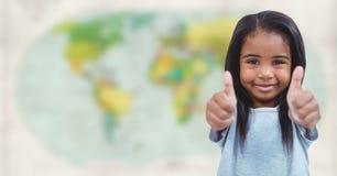 Κορίτσι με δύο αντίχειρες επάνω ενάντια στο μουτζουρωμένο χάρτη στοκ εικόνα με δικαίωμα ελεύθερης χρήσης