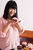 Κορίτσι με Cupcake Στοκ φωτογραφία με δικαίωμα ελεύθερης χρήσης