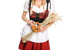 Κορίτσι με pretzel και σίτου τα αυτιά Στοκ Φωτογραφίες