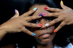Κορίτσι μιγάδων με τα ζωηρόχρωμα νύχια Στοκ εικόνες με δικαίωμα ελεύθερης χρήσης
