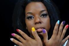 Κορίτσι μιγάδων με τα ζωηρόχρωμα νύχια Στοκ Εικόνες